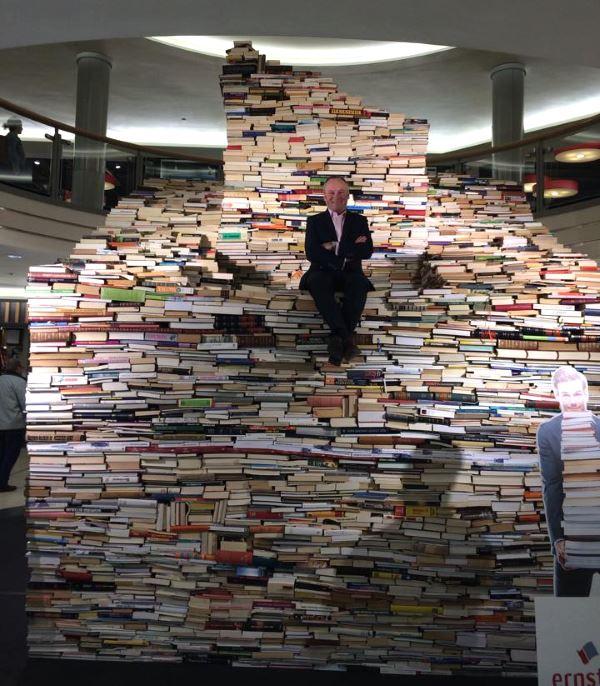 kirjakauppa ernster, kirja pyramidi