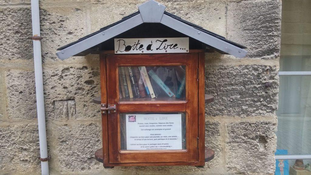 Bourg, Ranska bookcrossing, kirjasto kaappi kaupan seinässä kujalla