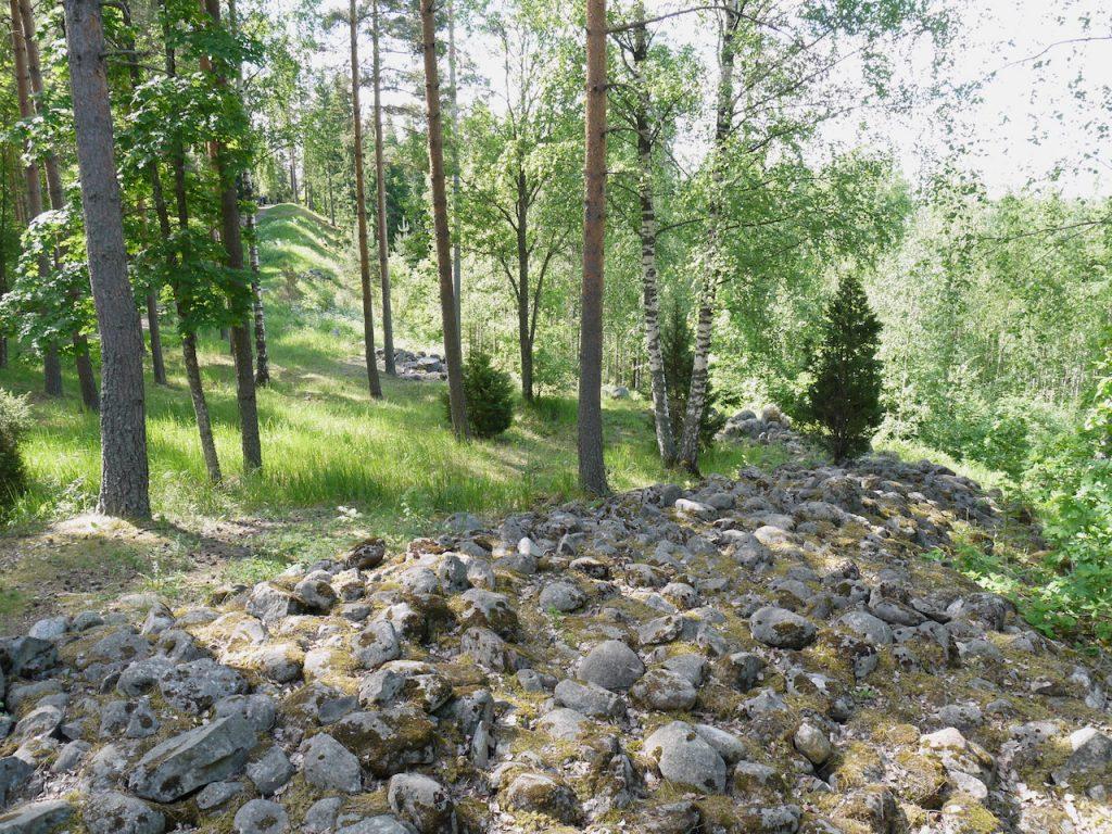 rapola kivimuuria ylhaalla