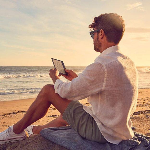 Amazon Kindle Oasis 7 e-kirjojen lukulaite on vedenpitävä