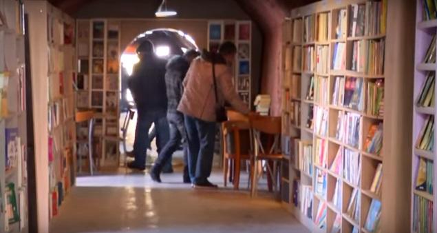 roskiin hylättyjen kirjojen kirjasto. Ankara, Turkki.