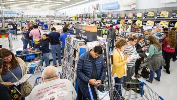 Walmart ihmisiä elektroniikkaosastolla