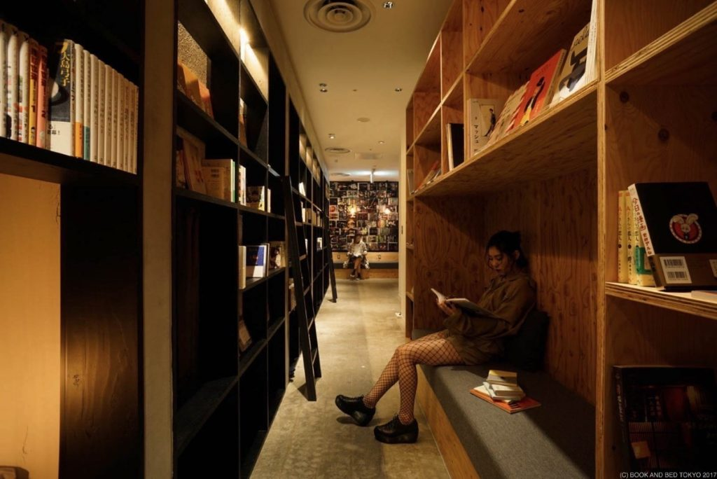 Kirjahylly nukkumista varten: Tokio, Book and Bed