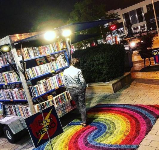 Book Hero minikirjakauppa Dubai, ulkona trailerissa