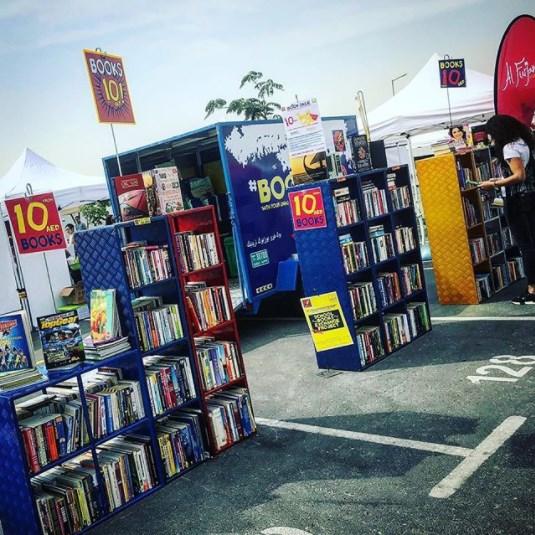 pieni siirrettävä kirjakauppa Dubai, UAE