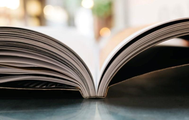 kirja avoinna pöydällä