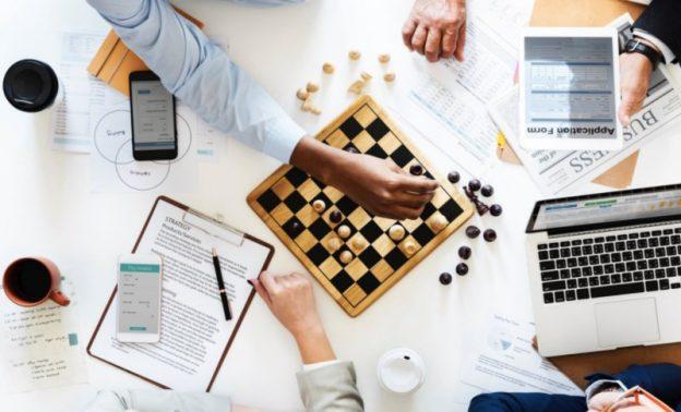 shakkilauta, tablet, tietokone pöydällä