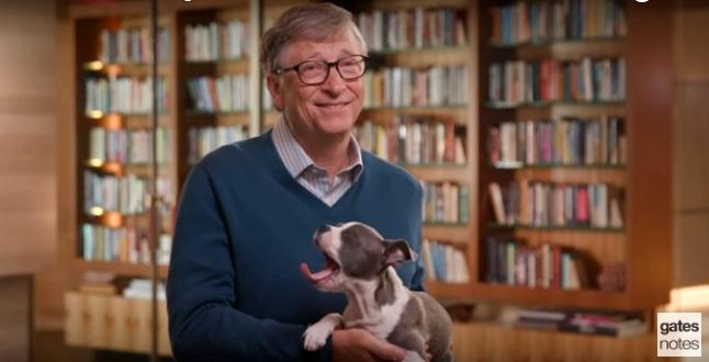 Bill Gates, kuva videolta jossa hän suosittelee kesälukemista