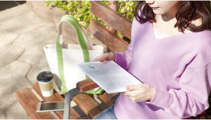 Nainen lukee Sony DPT-CP1 lukulaitteelta