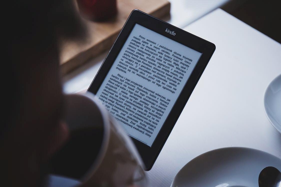 Kindle-lukulaite kahvipöydässä