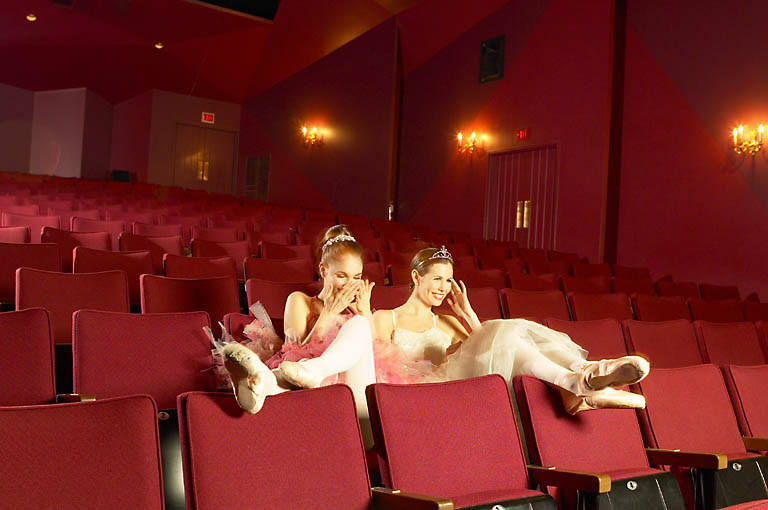 balettitanssijat katsovat elokuva tai teatteriesitystä