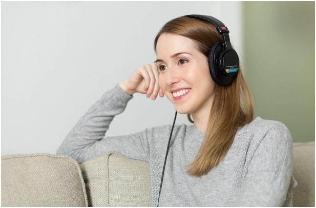nainen ja kuulokkeet