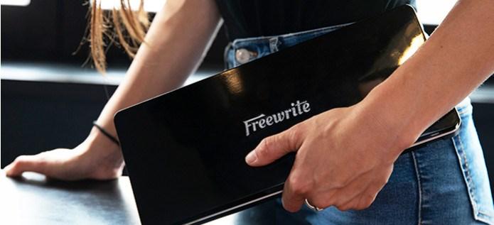 Freewrite Traveler suljettu kädessä