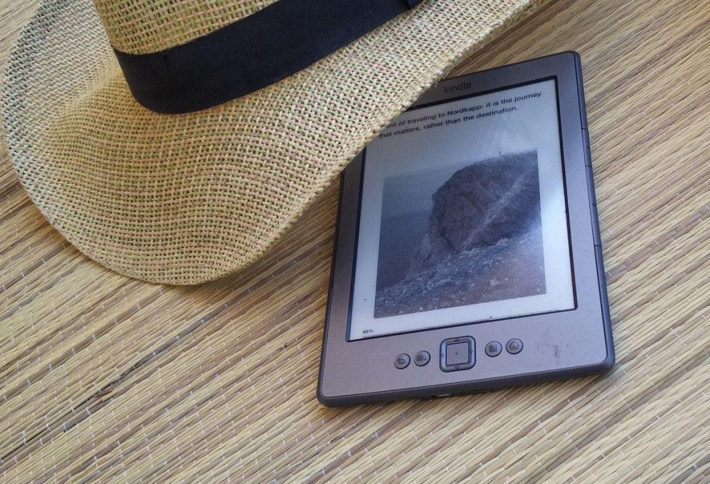Amazon Kindle e-kirjojen lukulaite auringossa