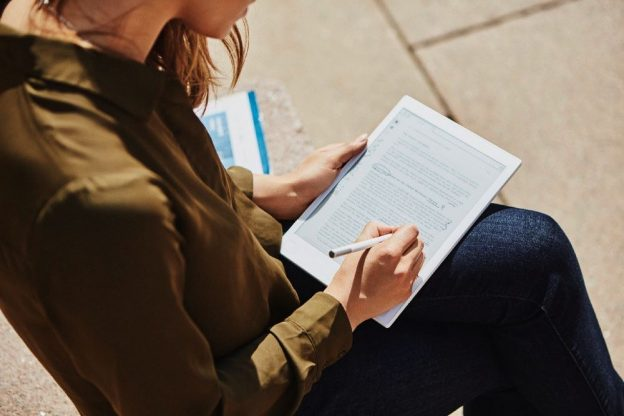 nainen kirjoittaa Remarkable-laitteella