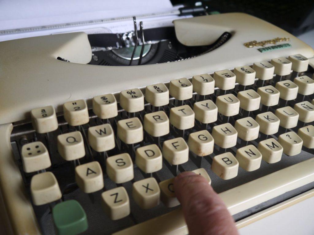 kirjoituskoneen ongelmia, kirjaimet takertuvat