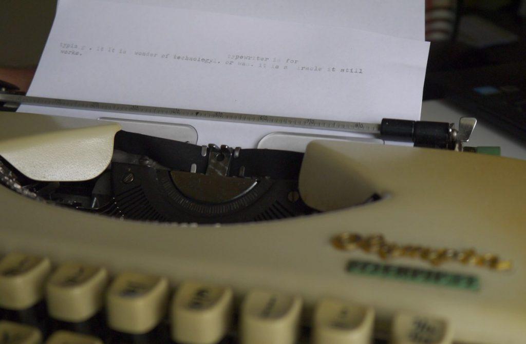 kirjoitukoneella kirjoitettu paperi