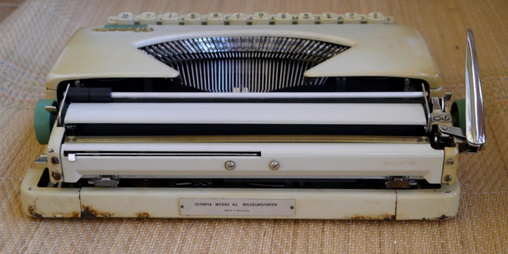 vanha kirjoituskone ruosteessa