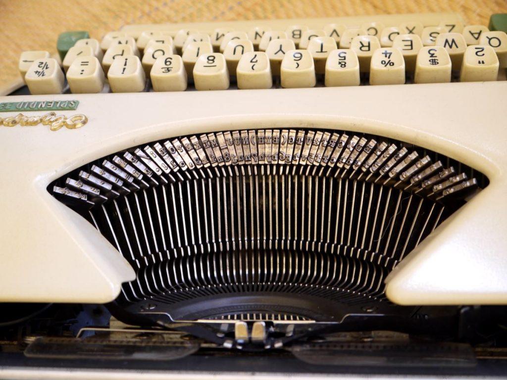 kirjoituskoneen kirjaimet metallitangoissa