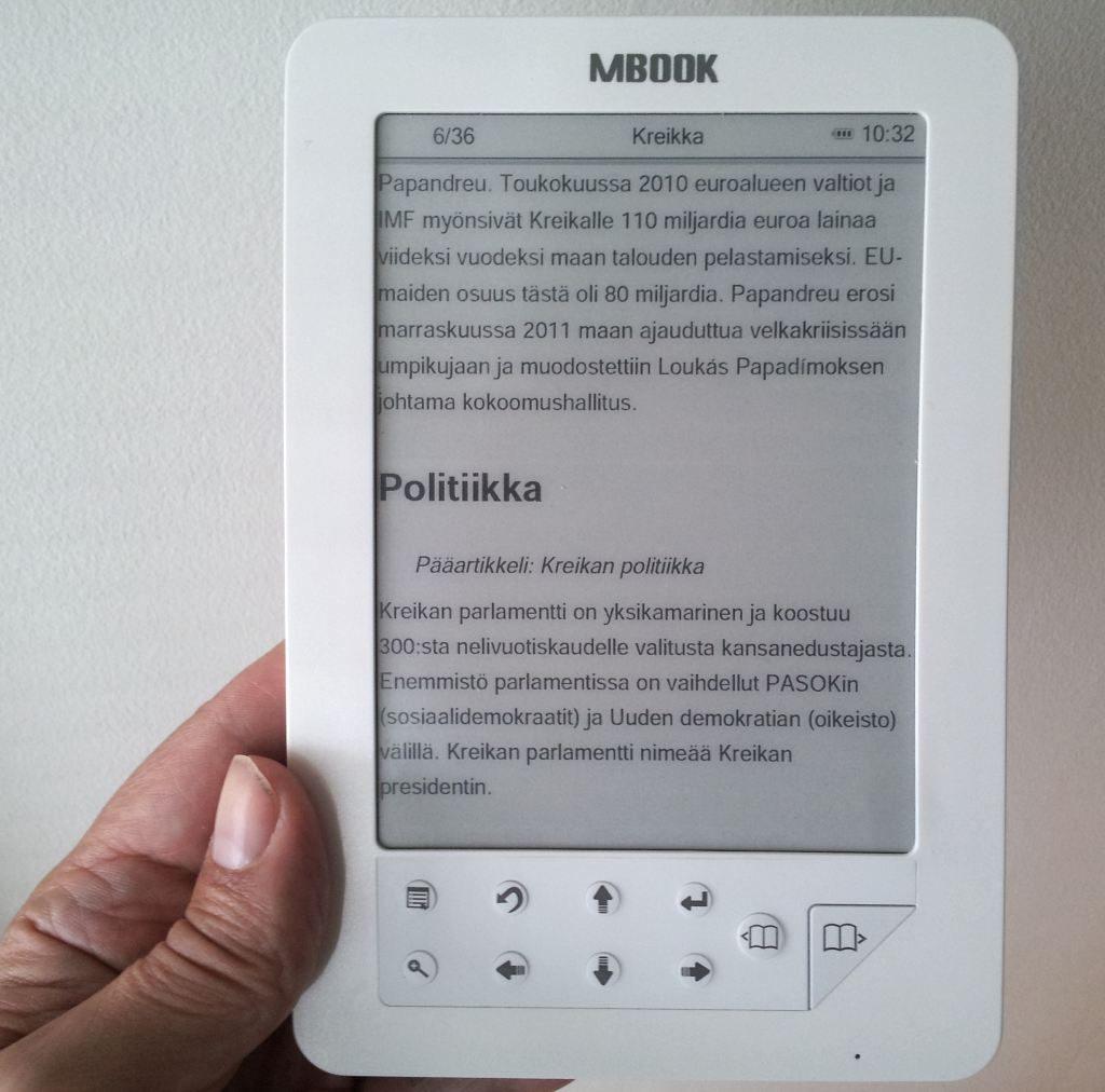 e-kirjojen lukulaite kädessä