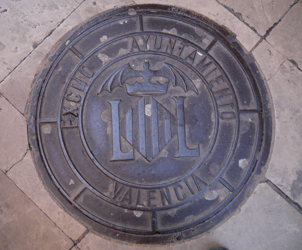lepakko symboli viemärin kannessa kadulla