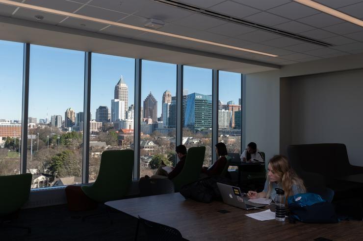 kaupunkinäkymä suurista kirjaston ikkunoista. Georgia Tech.