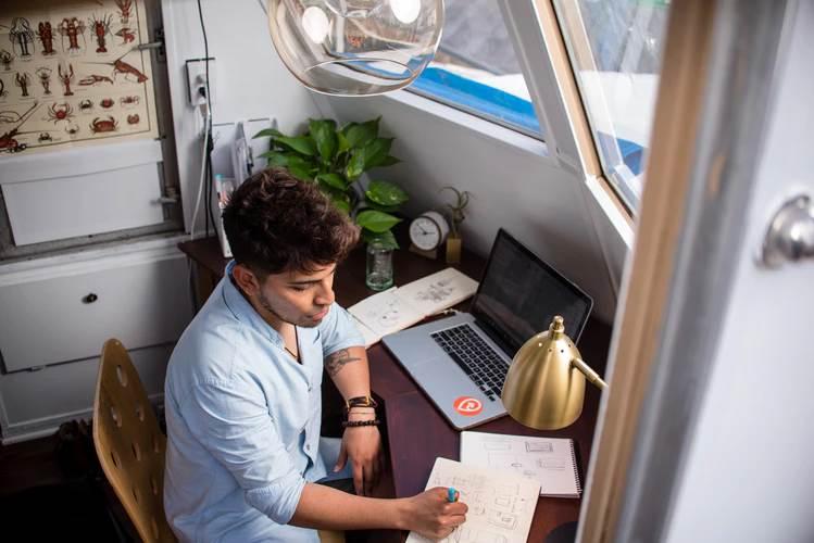 tietotyöläisen työpiste kotona, kuva Manny Pantoja