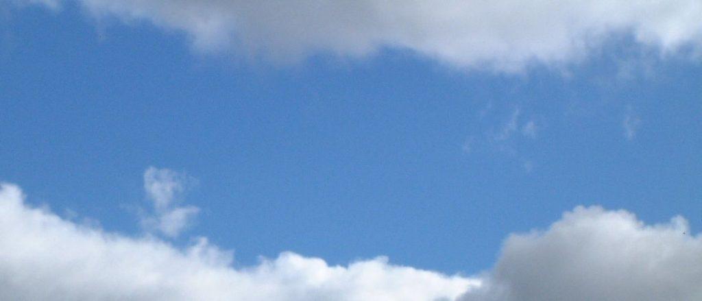 sininen taivas ja pilviä