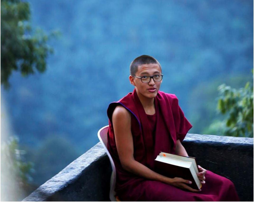Tiibet: munkki kirja kädessä. KUva Nishant Aneja