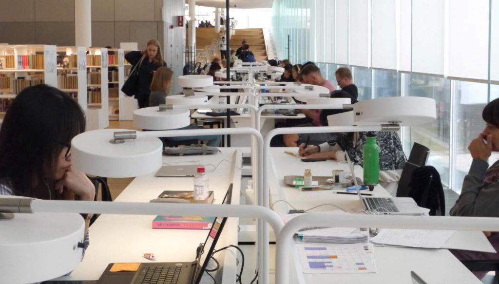opiskelijoita Oodi-kirjastossa