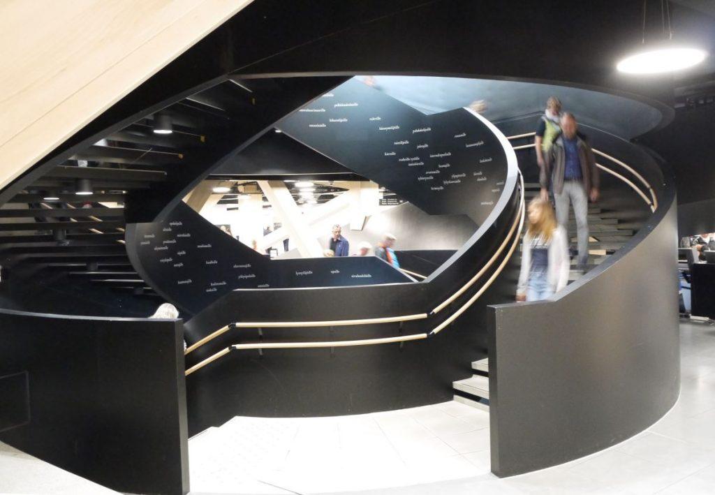 oodi-kirjasto helsingissä, kirjalliset portaat