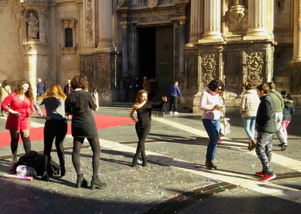 Murcia Katedraali, nuoret naiset valokuvaamassa