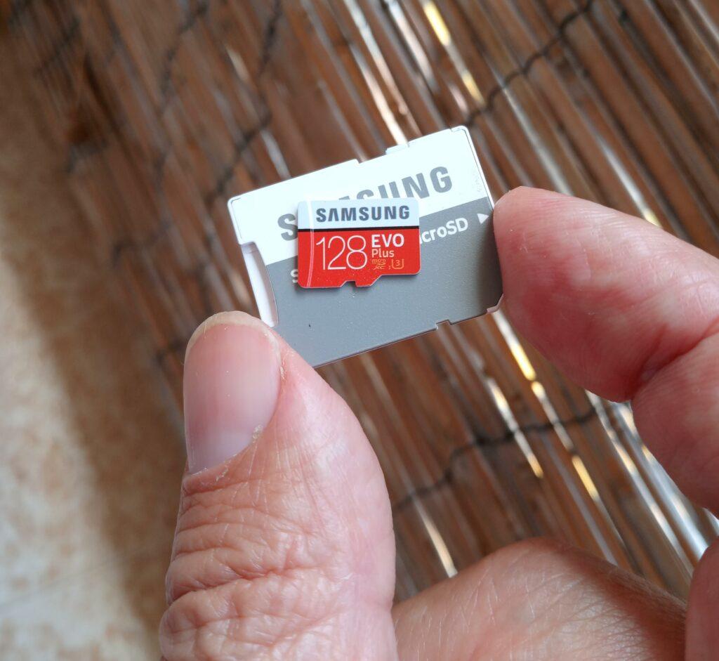 microsd muistikortti ja sovitin tietokoneelle